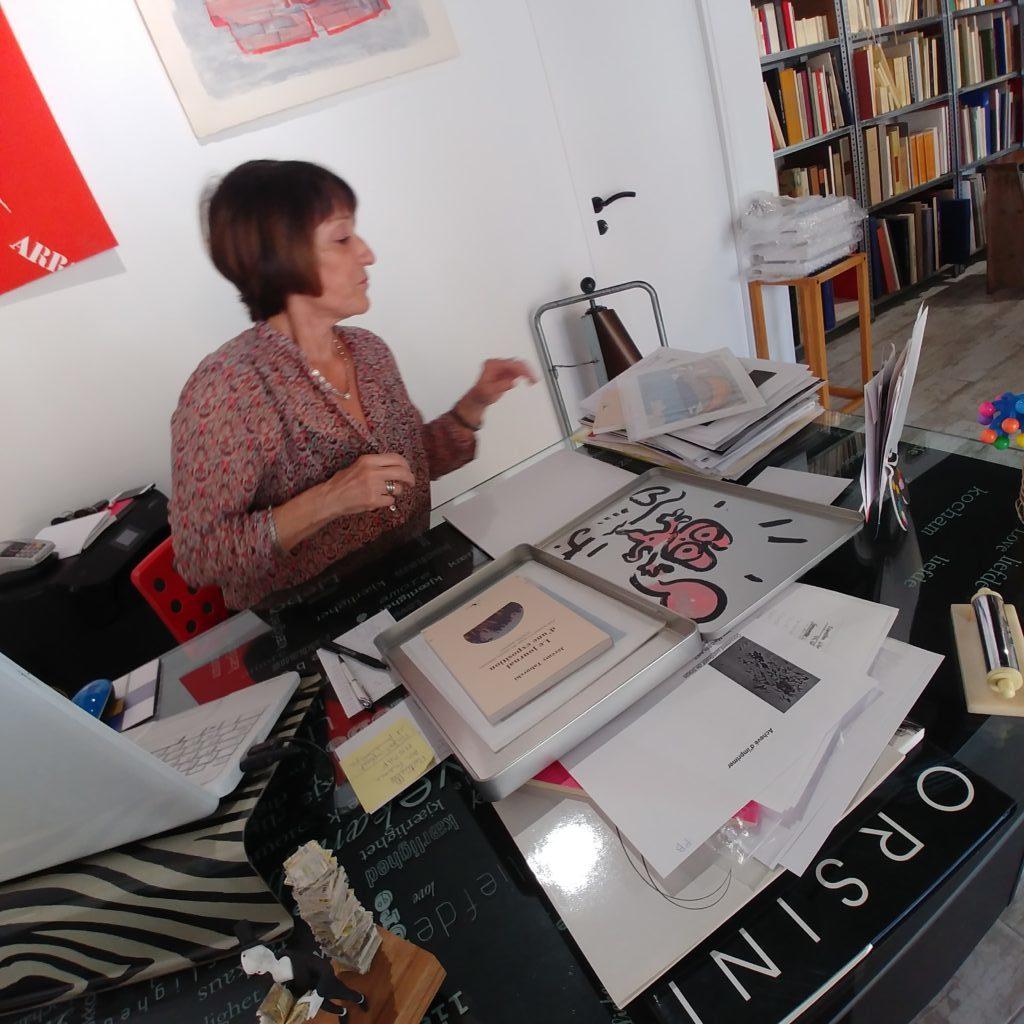 Laure Matarasso enregistrant l'estampe de Taburchi