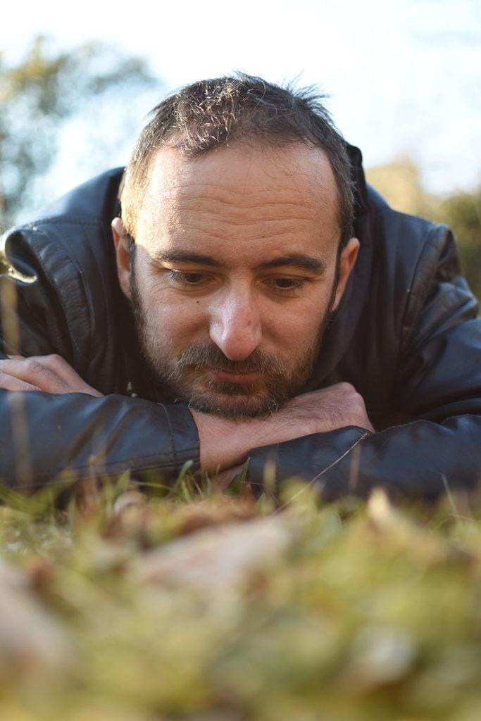 Jérémy Taburchi regardant l'herbe pousser